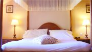 Sleeping under the curtains of a bed in a Luxury B&B where calm and relaxation are guaranteed